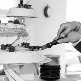 De taart aansnijden