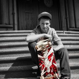 Skater met zijn rode skateboard