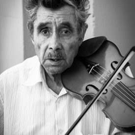Een straatmuzikant