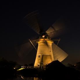 De molens verlicht in Kinderdijk